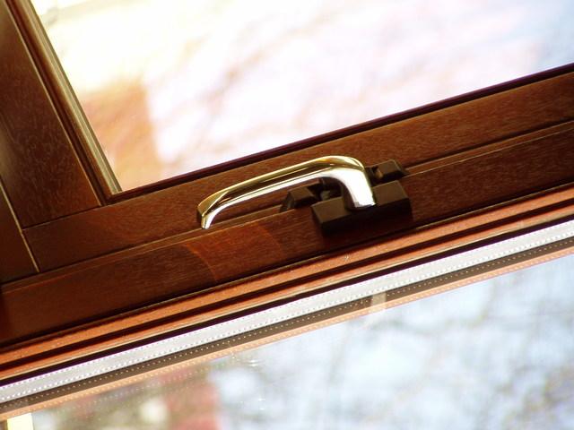 Detail na kľučku na sklenených dverách s dreveným rámom.jpg