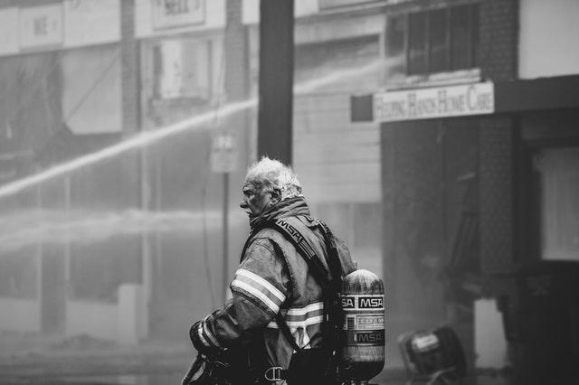 starší pán hasič