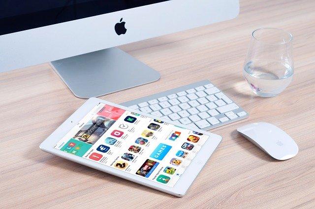 Počítač na stole, tablet a klávesnica